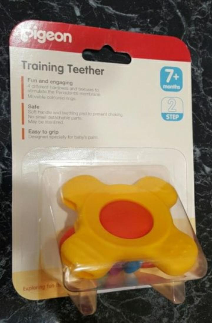 Pigeon Trainning Teehter adalah permainan yang membolehkan anak saya belajar memegang barang dan menggigit kerana pertumbuhan gigi baru.