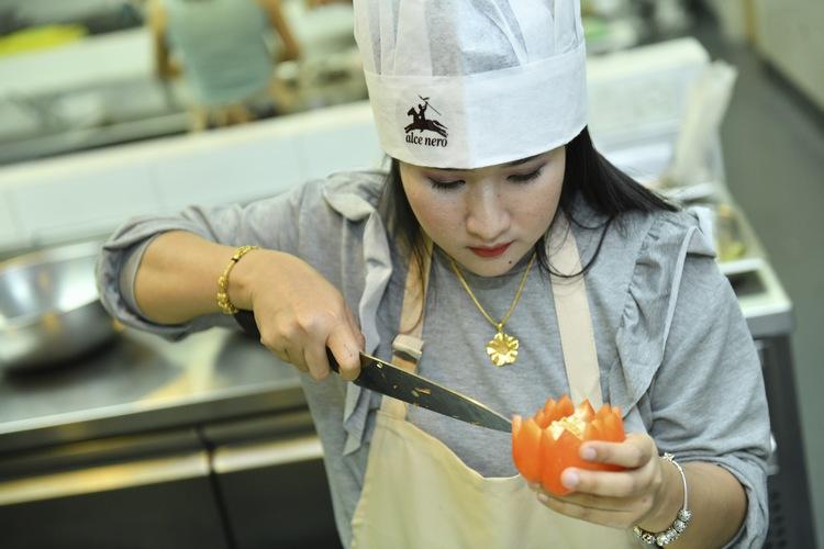 Syafiera Yamin has serious vegetable carving skills!